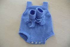 Ein einfacher Babyspielanzug - The Thousand Mailed Trunk - Crochet Baby, Knit Crochet, Tricot Baby, Bebe Baby, Baby Boy, Romper Pattern, Knitted Romper, Romper Outfit, Models