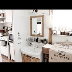 賃貸でも諦めない!洗面台が驚くほど素敵になるリメイク術 | RoomClip mag | 暮らしとインテリアのwebマガジン Asian Style, Double Vanity, Small Spaces, Diy And Crafts, Interior Design, Mirror, Bathroom, Modern, House