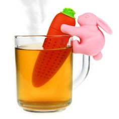 Mit dem Hase mit Möhre - Tee Ei bereitest Du losen Tee ganz einfach selber zu: Einfach Tee in den Hohlraum der Möhre geben und ziehen lassen!