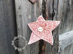 Hvězdička+...+hala-bala+...+1+kus+Hvězdička+je+ušitá+z+bavlněné+zahraniční+látky,+zdobená+dřevěným+knoflíčkem,+průměr+hvězdičky+12+cm