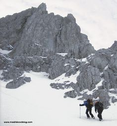 """Deportes de invierno en Los Pirineos. El invierno también es divertido. El plan """"mantita y peli"""" está bien, pero si te gustan los deportes de invierno, disfrutarás como nadie de esta estación del año. Hoy te proponemos un plan para un finde largo en los Pirineos: montañismo, esquí o raquetas... las posibilidades son infinitas."""