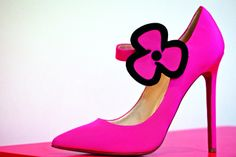 En un mundo de hipérbole interminable, es difícil exagerar el aura de Christian Louboutin. Como uno de los grandes dioses de la moda, junto con Manolo Blahnik, ha permanecido en el pináculo de la fascinación centrada en el pie que ha pulsado en la moda y, en gran medida, la ha avivado durante más de una década. Christian Louboutin, Louboutin Pumps, Manolo Blahnik, Heels, Fashion, The World, Footprint, Fashion Trends, Purses