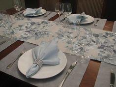JOGO AMERICANOS BLUE E CAMINHO DE MESA FLORAL BLUE - Para mesa de 8 lugares  Composto por 7 peças:  - um caminho de mesa floral blue,(tecido 70% algodão e 30% poliéster), medindo 2.60 x 42 cm (R$ 74,00)  - 6 lugares americanos blue, medindo 50 x 35 cm (R$ 24,00 cada)    VOCÊ PODE ENVIAR UMA MENSA...