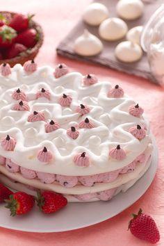 La #Pasqua si tinge di bianco e rosa: #meringata pasquale con #fragole e #cioccolato. #Giallozafferano #recipe #ricetta