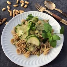 Massa com vegetais crocantes e pesto de amêndoa by nutrientesecreto