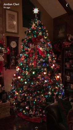 Is it too late to post my parents tree? Christmas World, Cosy Christmas, Christmas Tree Wreath, Christmas Hanukkah, Beautiful Christmas Trees, Retro Christmas, Simple Christmas, Christmas Tree Decorations, Christmas Lights