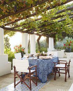 Mit Wein bepflanzte Pergola einer italienischen Villa am Meer - Urlaub pur! pergola vines HOUSE TOUR: A Magical Italian Villa Stuns Inside And Out
