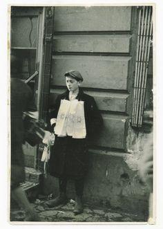 Warszawa, rok 1940. Getto - sprzedawca opasek z gwiazdą Dawida