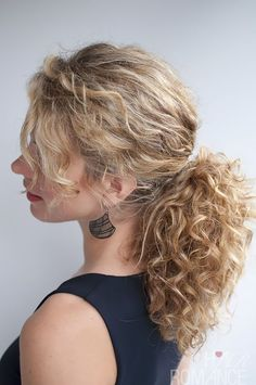 Hair Romance curly hairstyle tutorial - the curly ponytail curly hair styles Curly hairstyle tutorial: The Curly Ponytail Messy Low Ponytails, Curly Hair Ponytail, Long Curly Hair, Ponytail Ideas, Curly Bangs, Weave Ponytail, Blunt Bangs, Curly Pixie, Messy Braids