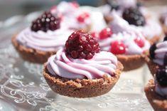 Mini cheesecake al cioccolato bianco e frutti di bosco (senza cottura, senza gelificanti, senza coloranti)