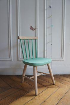 """Adorable chaise vintage revisitée et personnalisée pour la petite Camille. Un vert très """"été 2013"""" qui lui donne un côté terriblement tendance !    Vous aimez ? Allez faire un tour dans la rubrique meubles disponibles !"""