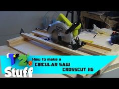 How to make an usefull circular saw crosscut jig, to make perfect 90 degrees cuts in our strips of wood. You can find more information about the dimensions a. Circular Saw Jig, Circular Saw Reviews, Best Circular Saw, Woodworking Workshop, Woodworking Projects Diy, Tool Workbench, Best Random Orbital Sander, Sierra Circular, Homemade Tables