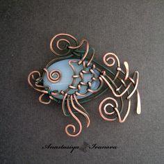 un pendentif poisson, c'est fou comme la perle ne se perçoit plus comme une perle mais comme le corps du poisson ! =   A wire fish pendant. Look how the bead seems to belong to the body of the fish ! Great !