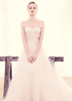 Bellísimos y de romántico estilo son los vestidos de novia de la firma Annasul Y.