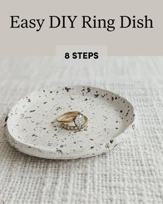 Discover how to Easy DIY Ring Dish in 8 steps Polymer Clay Crafts, Diy Clay, Diy With Clay, Crafts With Clay, Diy Jewellery Dish, Diy Jewelry Plate, Diy Air Dry Clay, Air Drying Clay, Air Dry Clay Crafts