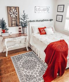 The coziest Christmas guest room I've ever seen, featuring the Albany Full Bed, photo & design by @sandracozycottage Apartment Bedroom Decor, Room Ideas Bedroom, Living Room On A Budget, Living Spaces, Small Guest Rooms, Bedroom Small, Cozy Bedroom, Dream Bedroom, Headboards For Beds