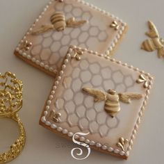 Beautiful Bees for the cover of @victoriamagazine 🐝💕 Learn all about decorating cookies with royal icing in my new book! Order your copy through the link in my bio #sweetambscookies #victoriamagazine #bees