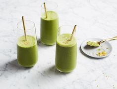 This Matcha Smoothie recipe is an easy detox breakfast.