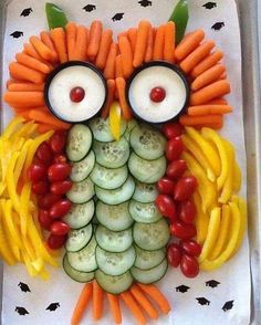 Owl vegetable platter - photo only Kids party Platter with Fun Owl Vegetable Platter What a Hoot! Owl vegetable tray is a big hit ! Gemüsesticks mit Dip als Eule. vegetable sticks with dip as owl. very cute idea for a birthday party! (yummy snacks for ki Cute Food, Yummy Food, Yummy Snacks, Healthy Food, Healthy Treats, Vegetable Sticks, Vegetable Trays, Vegetable Tray Display, Vegetable Animals