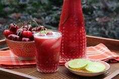 Limonada de cereja preparada com cerejas frescas, limões, água e açúcar (ou mel).