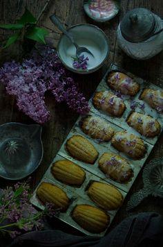 Recept på franska madeleinekakor med syren. Foto: Liselotte Forslin blogg.alltommat.se/liselotteforslin Lemon Icing, About Me Blog, Lilacs, Baking, Bitter, Tin, Instagram Posts, Cookies, Antique