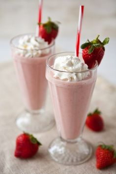 It's strawberry season in Florida! Protein Shake Recipes, Milkshake Recipes, Yummy Drinks, Delicious Desserts, Yummy Food, Smoothie Drinks, Fruit Smoothies, Strawberry Banana Milkshake, Crepes