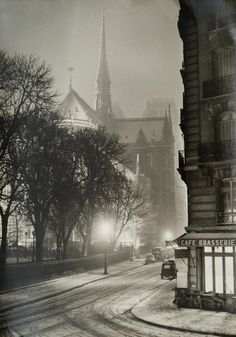 Notre-Dame_un_Soir_de_Neige,_Paris,_1953._Photo_by_Albert_Monier