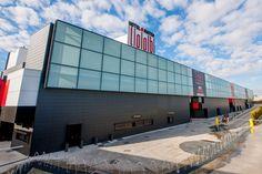 La fachada ventilada de este proyecto cuenta con 2.900 metros cuadrados de placas cerámicas Favemanc en color negro grafito