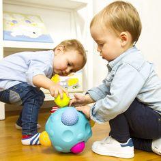 ¡Seis pelotas en una! Para que tus peques se diviertan encanjándolas una y otra vez. Las pelotas tienen diferentes relieves, texturas y colores. ¡Pruébalo! Es chulísima :) #pelota #juguetes #bebe