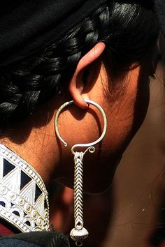 China | Details; ethnic Yi jewellery | ©peace-on-earth.org