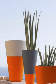 If you use Rust-Oleum spray paint to upcycle your flower pots or plant containers, you can use it on almost any material. Just make sure the pots are clean and dry and give them a light sanding before you apply the spray paint. Painted Plant Pots, Painted Flower Pots, Concrete Crafts, Concrete Planters, Balcony Planters, Tiny Balcony, Small Terrace, Balcony Ideas, Balcony Design