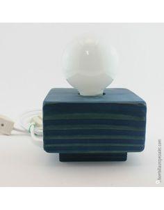 Lámpara artesana de madera de pino en color azul con cable textil blanco.  Estas lámparas son totalmente artesanas, hechas a mano una por una y diseñadas por nosotros mismos.