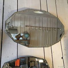 Très beau miroir biseauté. Date des années 1940. Les autres miroirs sont aussi à vendre, au prix de 80 euros sur demande.