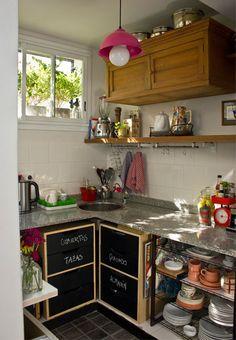 buena idea par abajo de la mesa de la cocina...mueble baratito y pintado con pintura p pizarrón!