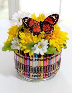 Florero con crayolas