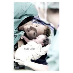 """""""Dogumun en guzel yani bebek ile annenin o ilk anda birbirini koklayip sarilmalari. Bu fotografta aslinda gorunenin disinda, poyraz bebek annesi uyurken…"""""""