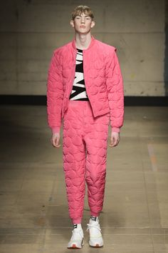 watch out the London fashion week autumn winter 17 key trend, how feminine loose poet shirt makes a comeback at Topman Designs's show Lux Fashion, Dolly Fashion, High Fashion, Fashion Show, Fashion Design, Runway Fashion, Fashion Ideas, Fashion Week Hommes, London Fashion Week Mens