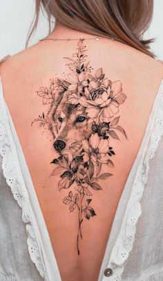 20 Tatuagens femininas nas costas para se inspirar - Fotos e Tatuagens Wolf Tattoos For Women, Spine Tattoos For Women, Shoulder Tattoos For Women, Tattoos On Spine, Female Back Tattoos, Back Tattoo Women, Beautiful Back Tattoos, Pretty Tattoos, Incredible Tattoos