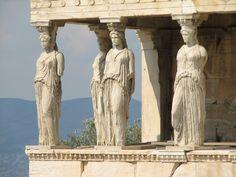 Cariatides du temple de l'Erechthéion à Athènes portant un chiton.