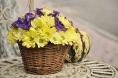 Coș cu Crizanteme și Eustome cu livrare în #Moldova Wicker Baskets, Crysanthemum, Moldova, Table Decorations, Flowers, Home Decor, Decoration Home, Room Decor, Florals