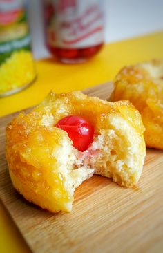Pineapple Upside Down Donuts bite Summer Dessert Recipes, Dessert Cake Recipes, Fruit Recipes, Healthy Donuts, Delicious Donuts, Delicious Desserts, Baked Doughnuts, Baker Recipes, Pineapple Upside Down
