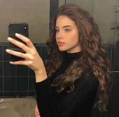 Do you like your wavy hair and do not change it for anything? But it's not always easy to put your curls in value … Need some hairstyle ideas to magnify your wavy hair? Hair Inspo, Hair Inspiration, Curly Hair Styles, Curly Wavy Hair, Long Curly, Grunge Hair, Aesthetic Girl, Pretty Hairstyles, Popular Short Hairstyles