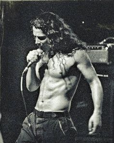 Chris Cornell, sings with all he's got Scott Weiland, Tatuagem Do Pearl Jam, Nirvana, Kurt Cobain, Rock And Roll, Musica Country, Paranormal, Band Posters, Music Posters