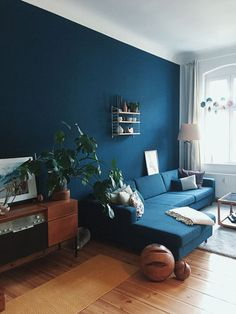 Dunkle Wandfarbe: Wohnzimmer streichen in Petrol Dark wall color: living room painted in petrol Living Room Colors, Living Room Paint, Living Room Designs, Living Room Decor, Blue Living Room Walls, Dining Room, Interior Design Blogs, Interior Ideas, Blue Walls