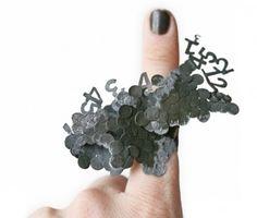 biżuteria artystyczna - www,zero925.pl po drugiej stronie lustra daje się zauważyć spory bałagan między palcami. hanna hedman.