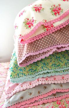 pillow edging crochet Pillow Cases with Crochet Trim - LOVE these! Now just have to learn to crochet. Sewing Patterns Free, Free Sewing, Crochet Patterns, Knitting Patterns, Crochet Crafts, Crochet Projects, Sewing Crafts, Diy Crafts, Crochet Trim