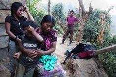 Familia maya llora por familiar asesinado por la policía.