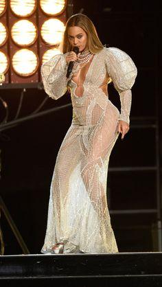 Beyoncé deslumbra em vestido transparente