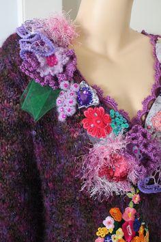 Se trata de una mano de punto y ganchillo suéter con hilado de lujo (44% mohair, 31% acrílico, 15% viscosa, 3% nylon, 3% poliéster, 4% metálico), ricos decorados con otros textiles incluyen encajes franceses, sedas, apliques bordados, flores de ganchillo, tul, perlas, cristales, lentejuelas.  Jersey ajusta tamaño: L-XL - XXL  Nunca usado.  Busto: hasta 140 cm/55  Longitud de los hombros al fondo 67 cm/26.5    Instrucciones de cuidado: mano Lave cuidadosamente en agua fría y de la endecha…