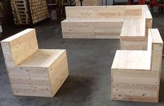 There are a lot of people in this world, who are creative; but not all of them know how they can use their creativity in a unique way to impress others. How To Build Pallet Furniture, Outdoor Furniture Plans, Wooden Pallet Furniture, Recycled Furniture, Wooden Pallets, Diy Furniture, Furniture Movers, Furniture Making, Wooden Pallet Projects